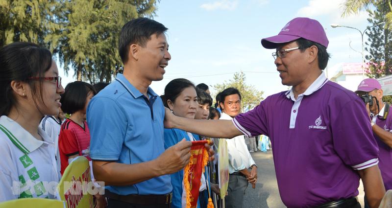 Lãnh đạo tỉnh tặng hoa cho các đoàn vận động viên về tham dự Giải Việt dã những năm trước.