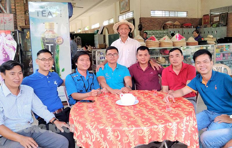 Cựu chiến binh Trần Bá Sanh với đội ngũ làm công tác quản trò du lịch.