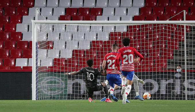 Rashford ghi bàn vào lưới Granada