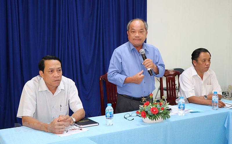 Phó giám đốc Sở Nông nghiệp và Phát triển nông thôn Huỳnh Quang Đức chỉ đạo các phương án triển khai phòng trừ sâu đầu đen trên địa bàn tỉnh.