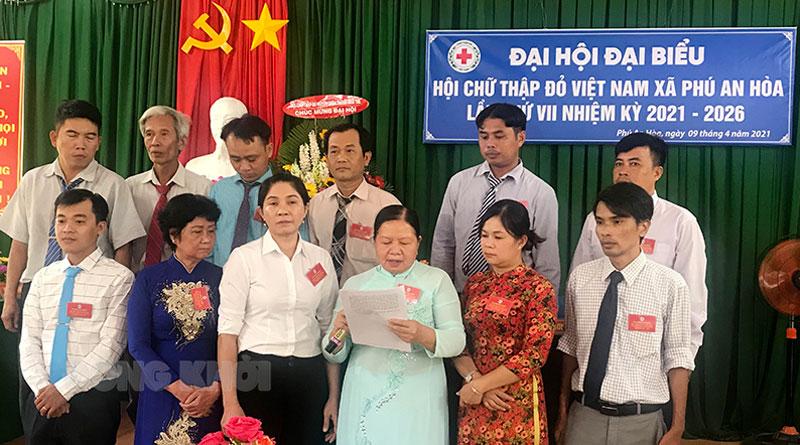 Ban chấp hành Hội chữ thập đỏ xã Phú An Hòa ra mắt Đại hội.