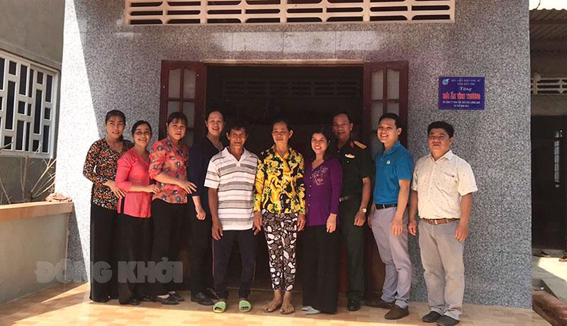 Đại biểu chụp ảnh lưu niệm với gia đình chị Nguyễn Thị Nhân. Ảnh: Thanh Hương