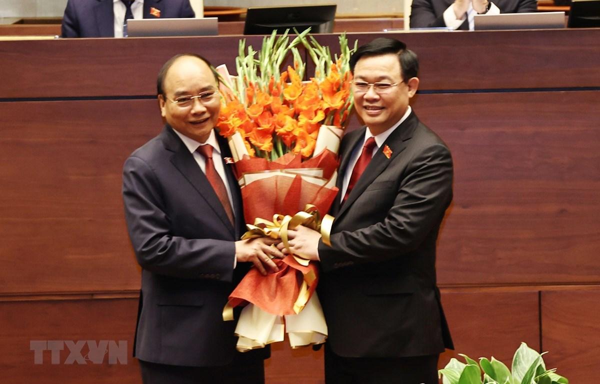 Chủ tịch Quốc hội Vương Đình Huệ chúc mừng Chủ tịch nước Nguyễn Xuân Phúc. Ảnh: TTXVN