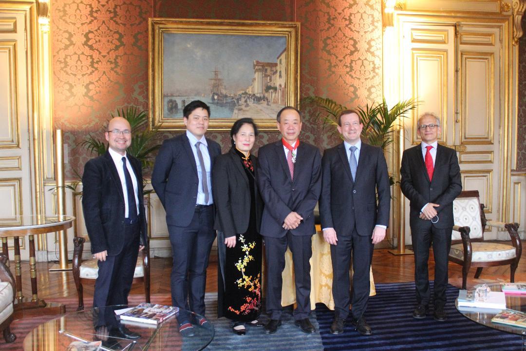 Đại sứ Nguyễn Thiệp (thứ 3 từ phải sang) chụp ảnh lưu niệm sau lễ trao tặng Huân chương.