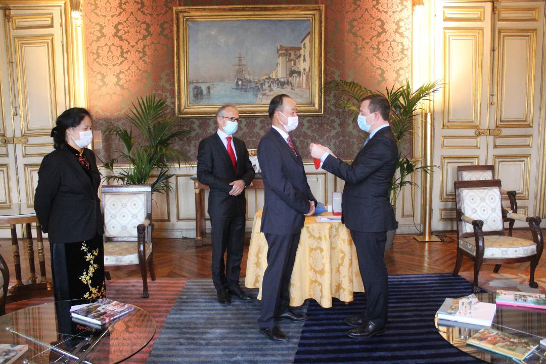 Đại sứ Nguyễn Thiệp (thứ 2 từ phải sang) nhận Huân chương Bắc đẩu Bội tinh của Pháp.