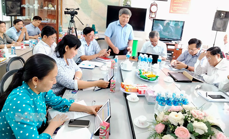 Bí thư Huyện ủy - Chủ tịch UBND huyện Châu Thành Dương Văn Phúc phát biểu tại tổ. Ảnh: T.Lập