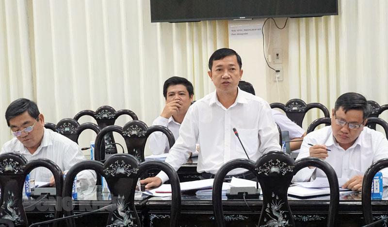 Bí thư Huyện ủy Mỏ Cày Bắc Nguyễn Văn Trung phát biểu tại tổ. Ảnh: Quốc Hùng