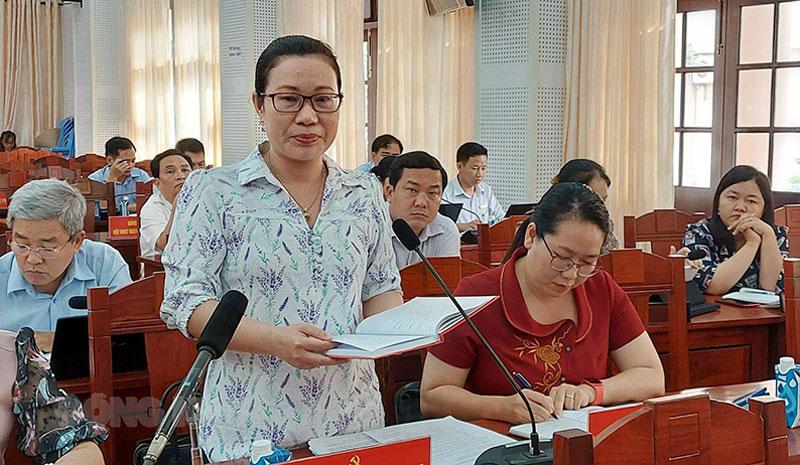 Bí thư Huyện ủy Giồng Trôm Nguyễn Trúc Hạnh phát biểu tại tổ. Ảnh: Phan Hân