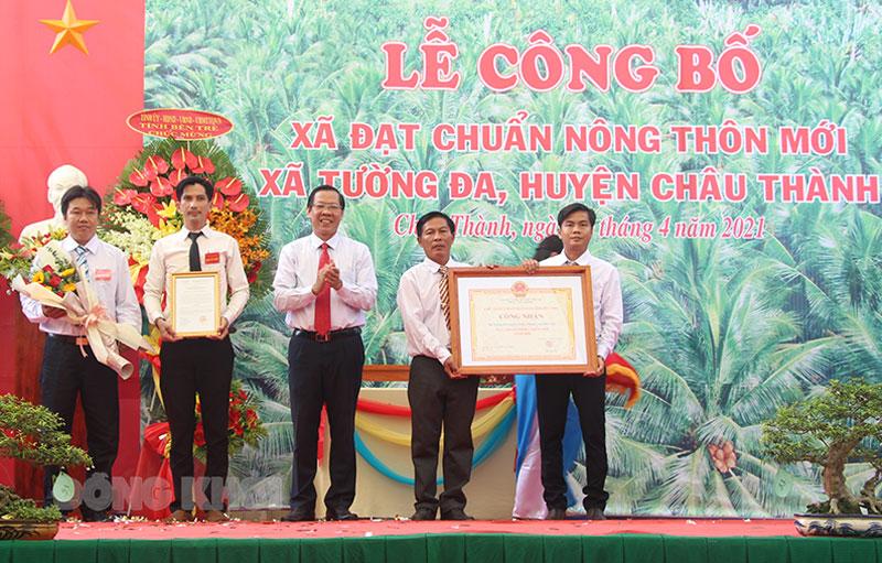 Bí thư Tỉnh ủy Phan Văn Mãi trao bằng công nhận xã nông thôn mới cho đại diện lãnh đạo xã.