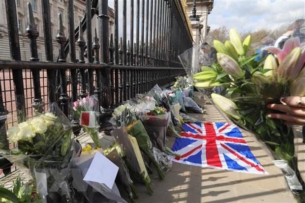 Đặt hoa tưởng nhớ Thân vương Philip tại cổng Cung điện Buckingham ở London, Anh, ngày 9-4-2021. Nguồn: THX/TTXVN