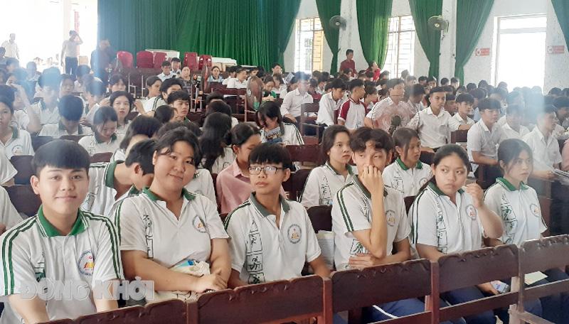 Các em học sinh dự ngày hội. Ảnh: Minh Nhân