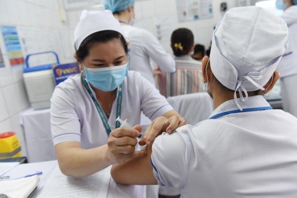 Tiêm vắc xin COVID-19 cho nhân viên y tế. (Ảnh: TL)
