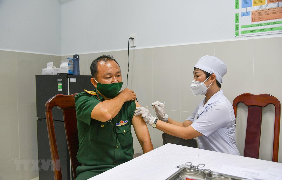 Tiêm vaccine phòng COVID-19, đợt 1 năm 2021 cho cán bộ, chiến sỹ Bệnh viện Quân y 121 - Cục Hậu cần Quân khu 9. Ảnh: TTXVN