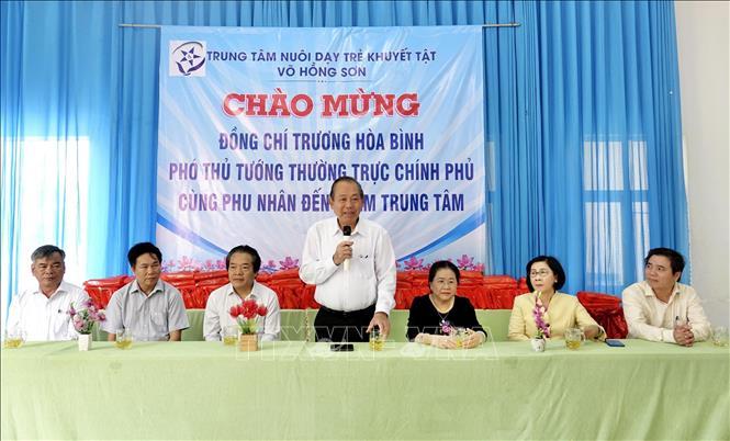 Phó Thủ tướng Thường trực Trương Hòa Bình ghi nhận, đánh giá cao sự nỗ lực, cố gắng, tâm huyết của toàn thể cán bộ, giáo viên, nhân viên của Trung tâm nuôi dạy trẻ  khuyết tật Võ Hồng Sơn.