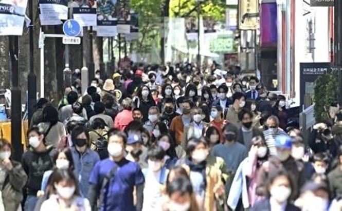 Người dân đeo khẩu trang phòng dịch COVID-19 tại Tokyo, Nhật Bản ngày 10-4-2021. Ảnh: Kyodo/TTXVN