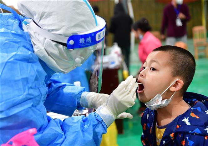Nhân viên y tế lấy mẫu xét nghiệm COVID-19 tại tỉnh Vân Nam, Trung Quốc. Ảnh: THX/TTXVN