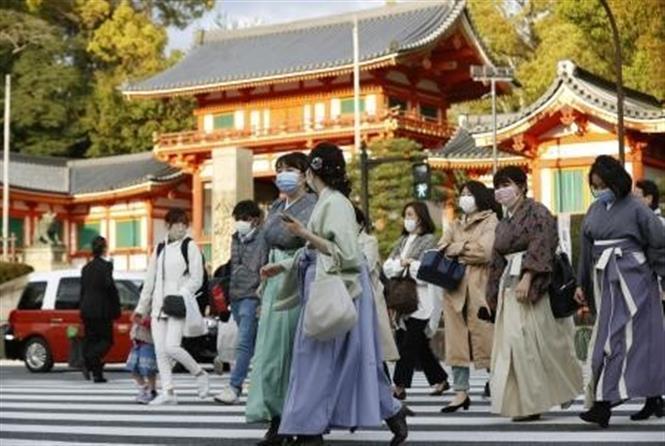 Người dân đeo khẩu trang phòng dịch COVID-19 tại Kyoto, Nhật Bản, ngày 9-4-2021. Ảnh: Kyodo/ TTXVN