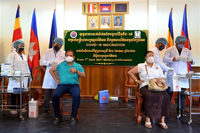Tiêm vaccine ngừa COVID-19 cho quan cức Bộ Thông tin tại Phnom Penh, Campuchia, ngày 1-4-2021. Ảnh: AFP/TTXVN