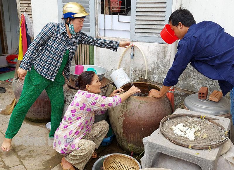 Người dân sử dụng nước ngọt với mức giá không tăng.