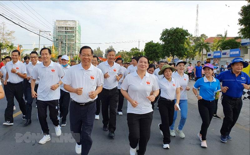 Lãnh đạo tỉnh dẫn đầu đoàn hưởng ứng Ngày chạy Olympic vì sức khỏe toàn dân.