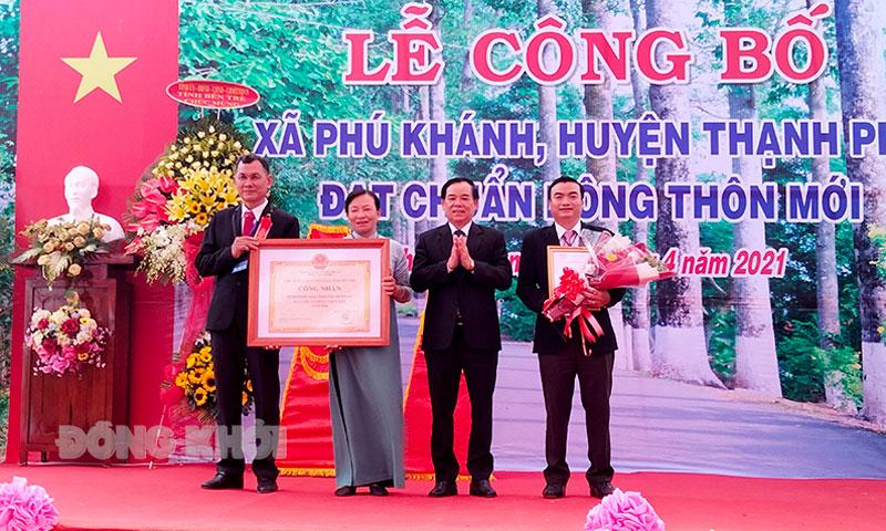 Chủ tịch UBND tỉnh Trần Ngọc Tam trao bằng công nhận nông thôn mới cho đại diện lãnh đạo xã Phú khánh.