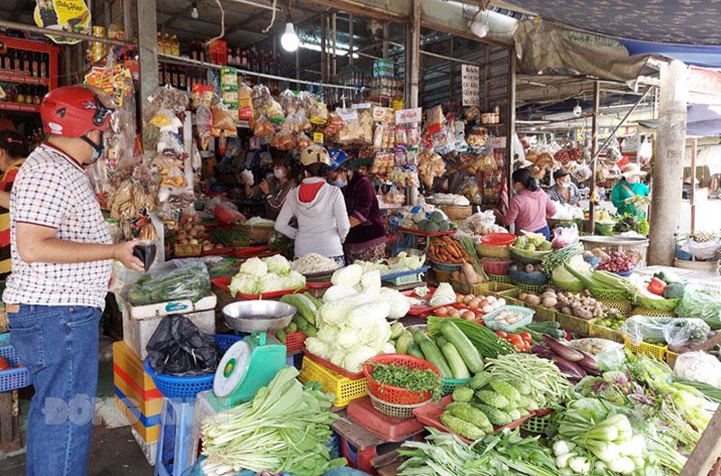 Người tiêu dùng chọn mua thực phẩm tại chợ Ngã Năm, TP. Bến Tre. Ảnh: Phan Hân