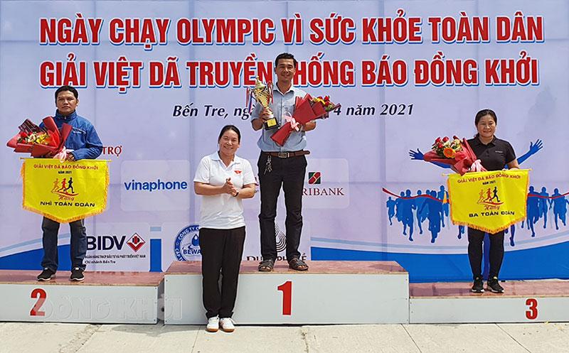Phó chủ tịch UBND tỉnh Nguyễn Thị Bé Mười trao giải toàn đoàn cho các đơn vị xuất sắc. Ảnh: T. Đồng