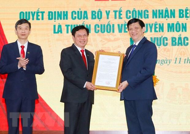Bộ trưởng Bộ Y tế Nguyễn Thanh Long trao Quyết định của Bộ Y tế công nhận Bệnh viện Hữu nghị Đa khoa Nghệ An là tuyến cuối về chuyên môn kỹ thuật khám, chữa bệnh khu vực Bắc Trung Bộ. Ảnh: Doãn Tấn/TTXVN