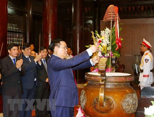 Chủ tịch Quốc hội Vương Đình Huệ dâng hương tưởng niệm Chủ tịch Hồ Chí Minh. Ảnh: Doãn Tấn/TTXVN