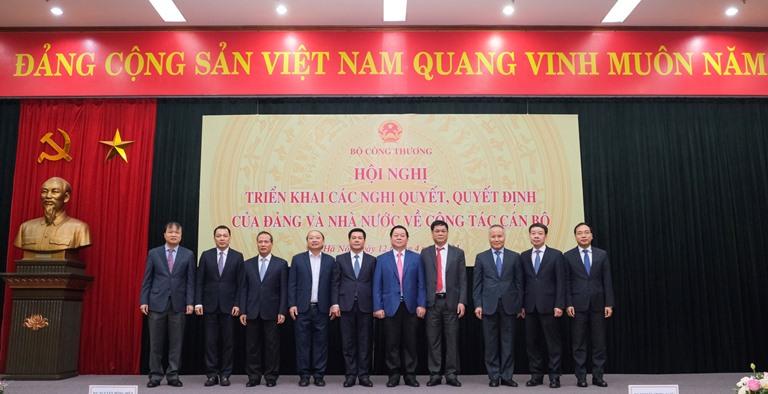 Bí thư Trung ương Đảng, Trưởng Ban Tuyên giáo Trung ương Nguyễn Trọng Nghĩa (thứ 5 bên phải) chụp ảnh lưu niệm cùng Ban cán sự đảng, Lãnh đạo Bộ Công Thương. Ảnh: Bộ Công Thương
