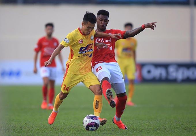 Thanh Hoá và TP.HCM thi đấu giằng co nhau trong phần lớn thời gian trận đấu.