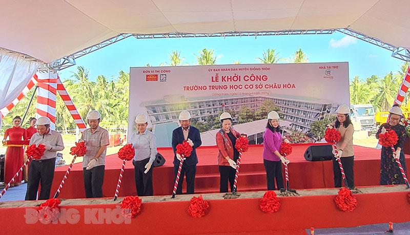 Đại biểu thực hiện nghi thức khởi công xây dựng Trường THCS Châu Hòa.