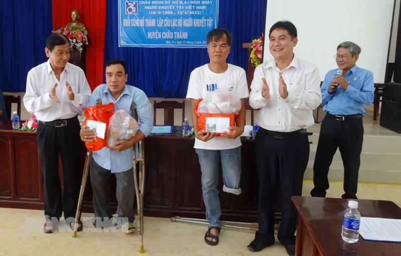 Trao quà cho các thành viên Câu lạc bộ Người khuyết tật huyện Châu Thành. Ảnh: TTCCDVCTXH cung cấp