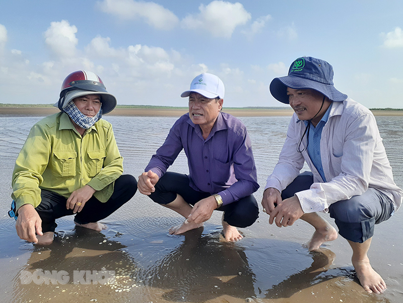 Phó chủ tịch UBND huyện Bình Đại Võ Văn Quân khảo sát thực tế tại hợp tác xã.
