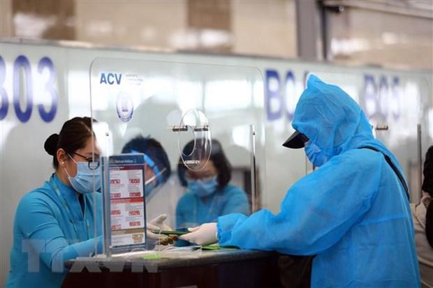 Hành khách làm thủ tục tại sân bay Nội Bài. Ảnh: Huy Hùng/TTXVN