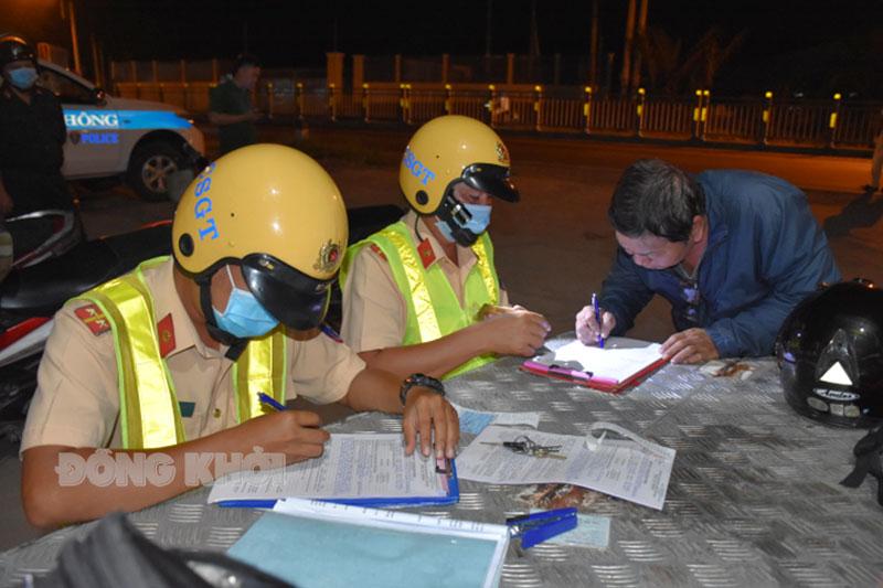 Xử lý các trường hợp vi phạm Luật Giao thông đường bộ tại huyện Mỏ Cày Bắc.
