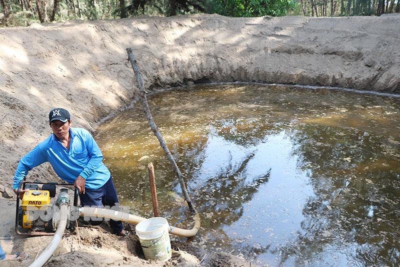 Đào giếng trữ nước giữa rừng phi lao sẵn sàng ứng phó với cháy rừng.