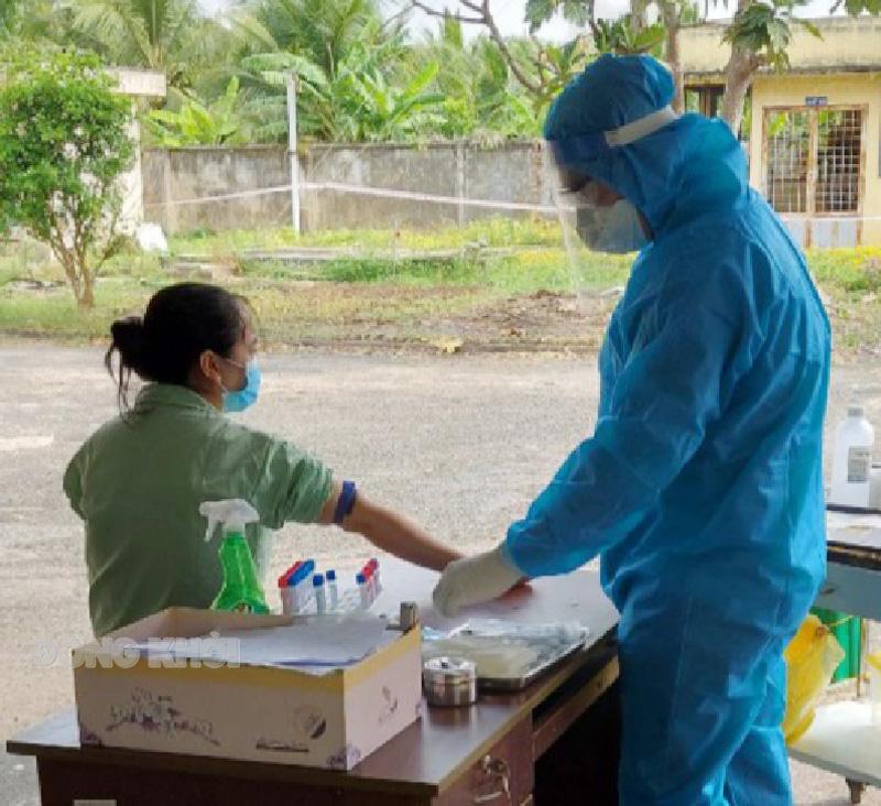 Cán bộ y tế Bệnh viện Lao và bệnh phổi tỉnh lấy mẫu xét nghiệm lần 3 cho bênh nhân dương tính. Ảnh: Thanh Phong