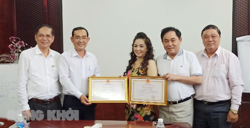 Trao bằng khen cho vợ chồng doanh nhân Huỳnh Uy Dũng - Nguyễn Phương Hằng.