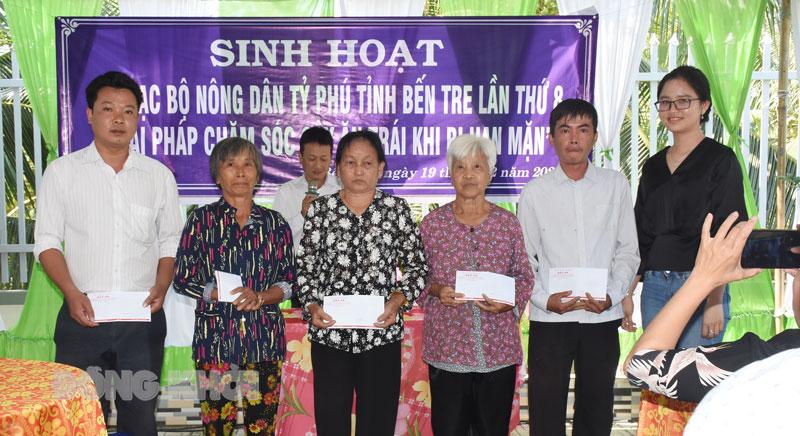 Câu lạc bộ Nông dân tỷ phú tỉnh tặng quà cho hộ nghèo tại lần sinh hoạt thứ 8.