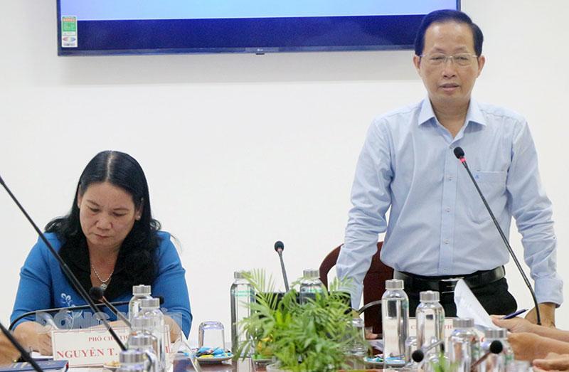 Phó chủ tịch Thường trực UBND tỉnh Nguyễn Trúc Sơn (phải) và Phó chủ tịch UBND tỉnh Nguyễn Thị Bé Mười chủ trì buổi làm việc.