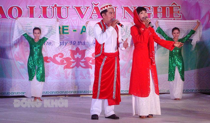 Giao lưu văn hóa hát múa các dân tộc Việt Nam.