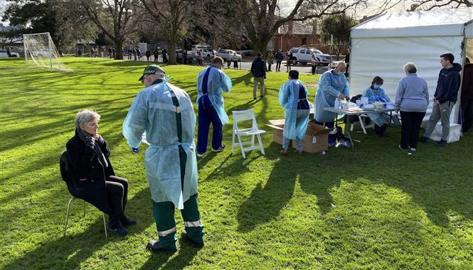 Nhân viên y tế lấy mẫu xét nghiệm COVID-19 cho người dân tại thành phố Melbourne, Australia, ngày 2-7-2020. Ảnh: AFP/TTXVN