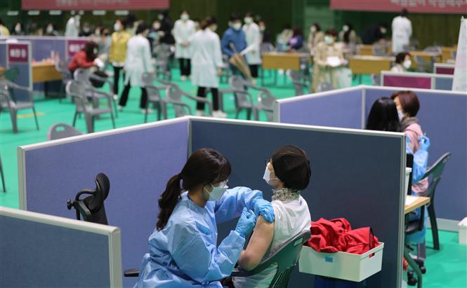 Nhân viên y tế tiêm vaccine ngừa COVID-19 cho người dân tại Gwangju, Hàn Quốc, ngày 12-4-2021. Ảnh: Yonhap/ TTXVN