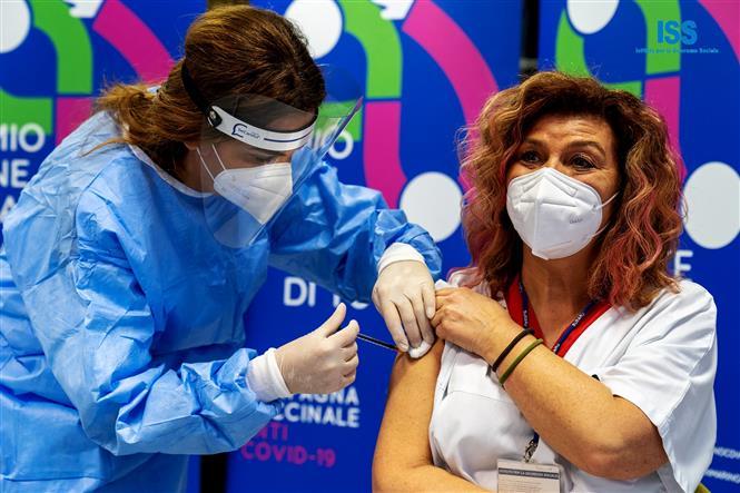 Nhân viên y tế tiêm vaccine ngừa COVID-19 cho người dân tại San Marino, Italy, ngày 26-2-2021. Ảnh: AFP/TTXVN