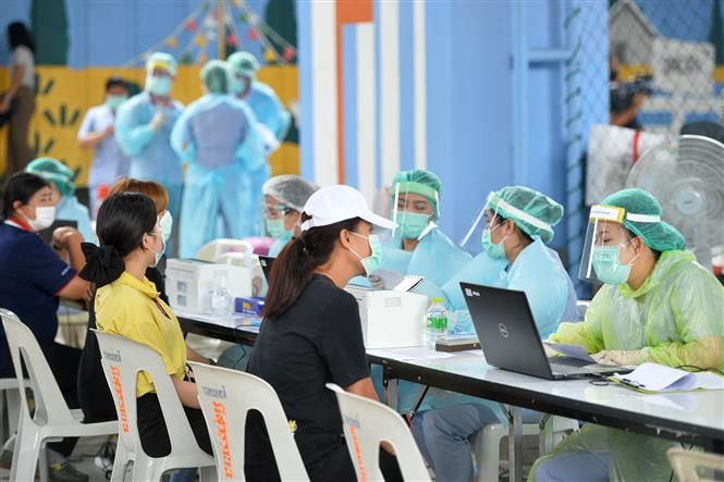 Nhân viên y tế tiêm vaccine ngừa COVID-19 cho người dân tại Bangkok, Thái Lan, ngày 7-4-2021. Ảnh: THX/TTXVN