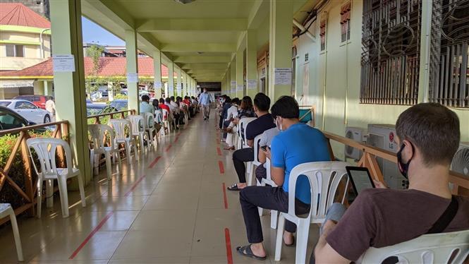 Người dân Campuchia và người nước ngoài chuẩn bị tiêm vaccine ngừa COVID-19 tại Bệnh viện Nhi quốc gia Campuchia. Ảnh: Nguyễn Vũ Hùng - PV TTXVN tại Campuchia