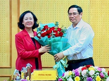 Thủ tướng Chính phủ Phạm Minh Chính tặng hoa chúc mừng tân Trưởng Ban Tổ chức Trung ương Trương Thị Mai.