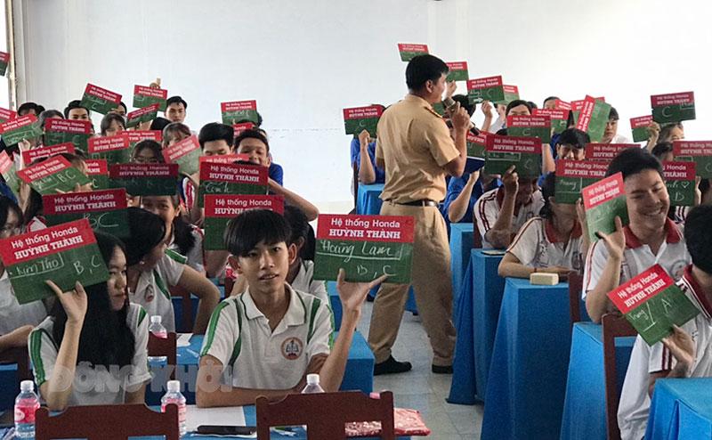 Đoàn viên, thanh niên học sinh trong huyện tham gia thi trắc nghiệm rung chuông vàng tìm hiệu luật giao thông. Ảnh: Thanh Hương