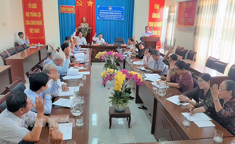 Biểu quyết thống nhất lập danh sách người đủ tiêu chuẩn ứng cử Đại biểu Hội đồng Nhân dân huyện nhiệm kỳ 2021 - 2026. Ảnh: Văn Minh